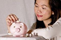 Jonge vrouw met roze spaarvarken Royalty-vrije Stock Foto