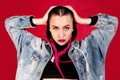 Jonge vrouw met roze vlechten Stock Foto's
