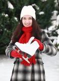 Jonge vrouw met schaats in de winter openlucht stock afbeelding