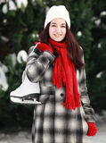 Jonge vrouw met schaats in de winter openlucht royalty-vrije stock foto's