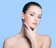 Jonge vrouw met schone gezonde huid op gezicht Stock Foto's