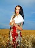 Jonge vrouw met sierkleding en wit bont Stock Afbeeldingen