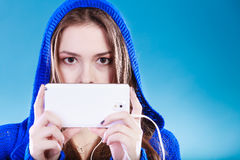 Jonge vrouw met slimme telefoon het luisteren muziek stock afbeeldingen