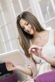 Jonge vrouw met tablet Stock Fotografie
