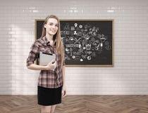 Jonge vrouw met tablet en groepswerkschets Royalty-vrije Stock Foto's