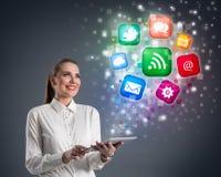 Jonge vrouw met tablet en kleurrijke media pictogrammen Stock Afbeelding