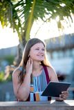 Jonge vrouw met tablet op het strand stock foto's
