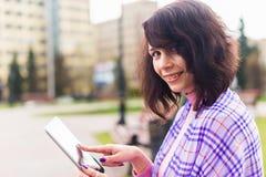 Jonge vrouw met Tabletlezing Royalty-vrije Stock Foto's