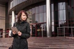 Jonge vrouw met Tabletlezing Stock Foto