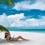 Jonge vrouw met tabletPC bij het strand Stock Foto