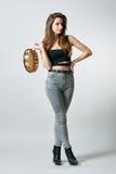 Jonge vrouw met tamboerijn in haar hand stock fotografie