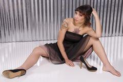 Jonge vrouw met tatoegeringen Royalty-vrije Stock Foto's