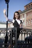 Jonge vrouw met telefoon Royalty-vrije Stock Foto's