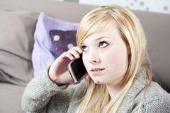 Jonge vrouw met telefoon Royalty-vrije Stock Fotografie