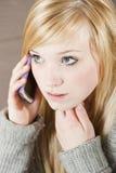 Jonge vrouw met telefoon Stock Foto's