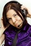 Jonge vrouw met telefoonhoofden Stock Foto's
