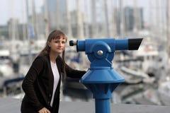 Jonge vrouw met telescoop Stock Foto's
