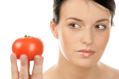 Jonge vrouw met tomaat Royalty-vrije Stock Afbeeldingen