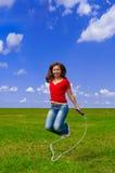 Jonge vrouw met touwtjespringen Royalty-vrije Stock Afbeeldingen