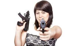 Jonge vrouw met twee kanonnen stock foto