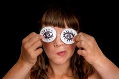 Jonge vrouw met twee katoenen stootkussens aan haar ogen stock afbeeldingen