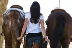 Jonge vrouw met twee paarden Royalty-vrije Stock Afbeeldingen