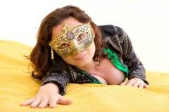 Jonge vrouw met Venetiaans masker Stock Foto's