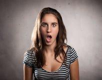 Jonge vrouw met verrassingsuitdrukking Stock Foto