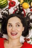 Jonge vrouw met verse diverse groenten en vruchten, close-up royalty-vrije stock foto's