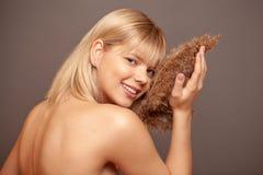 Jonge vrouw met verse gezonde huid en haren die droge bloemen en het glimlachen houden De kosmetiek, schoonheid en kuuroord stock afbeelding