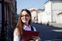 Jonge vrouw met vliegtuigglimlach Royalty-vrije Stock Afbeelding