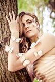 Jonge vrouw met vlinders royalty-vrije stock foto's
