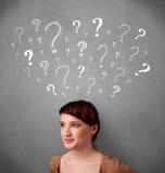 Jonge vrouw met vraagtekens boven haar hoofd Stock Afbeeldingen
