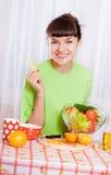 Jonge vrouw met vruchten en groenten stock foto