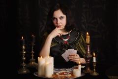 Jonge vrouw met waarzeggingkaarten stock foto's