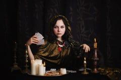 Jonge vrouw met waarzeggingkaarten stock afbeeldingen