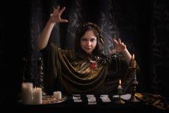 Jonge vrouw met waarzeggingkaarten royalty-vrije stock afbeelding