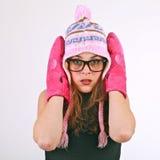 Jonge vrouw met warme hoed en vuisthandschoenen Stock Afbeeldingen