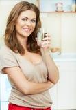 Jonge vrouw met waterglas Stock Foto's