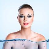 Jonge vrouw met waterplons Stock Afbeelding