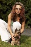 Jonge vrouw met weinig hond Royalty-vrije Stock Afbeelding