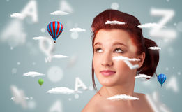 Jonge vrouw met wellness en gezondheidszorgwolken op gradiëntachtergrond Stock Foto