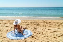 Jonge Vrouw met White Hat-het Ontspannen op Strand stock afbeelding
