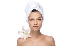 Jonge vrouw met witte bloem en handdoek Stock Afbeeldingen