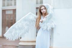 Jonge vrouw met witte vleugels Stock Afbeeldingen