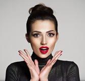 Jonge vrouw met wonder gezichtsuitdrukking royalty-vrije stock afbeelding