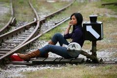 Jonge vrouw met zacht over welke richting stock fotografie