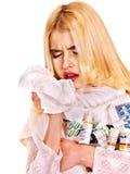 Jonge vrouw met zakdoek die koude hebben. Stock Foto