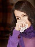 Jonge vrouw met zakdoek die koude heeft. Stock Afbeeldingen