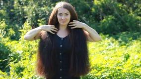Jonge vrouw met zeer lang haar Dik mooi haar hairstyle stock video